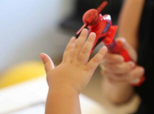 מבטים, ילד קטן משחק, עיצוב התנהגות